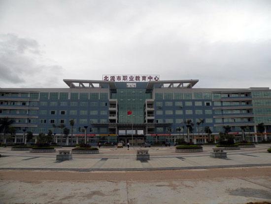 民乐镇南庆小学等学校优美的校园已成为当地一道亮丽的风景线,办学