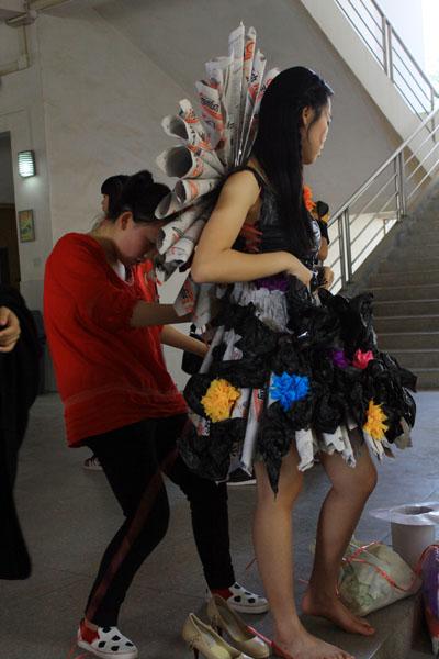 (看看这些cosplay服装设计师如何变废为宝,旧报纸和垃圾袋全用上了