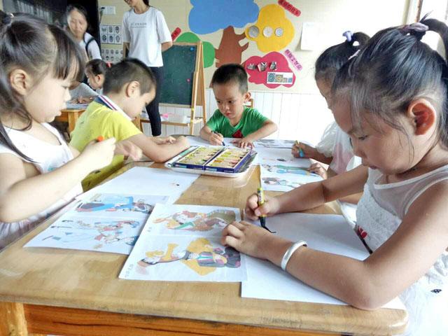 (本网讯)为发展幼儿对美的感受力、表现力,丰富幼儿的想象力、创造力,9月21日下午南宁市第三幼儿园在大班级组开展特色美术跨班活动。 本次美术跨班活动根据本月活动主题《民族村》设计,分为创意绘画《欢乐民歌节》、石头画《花山壁画》及刮画《铜鼓》三个小主题。大班的幼儿可跨班了解活动主题与操作方式后,自由选择感兴趣的主题内容,感受不一样的艺术形式。 在创意绘画《欢乐民歌节》的美术活动中,幼儿观察各民族的服饰特色,用自己理解的方式用彩色蜡笔表现出来。有利于幼儿的观察能力、概括能力的发展。 石头画《花山壁画》的美术